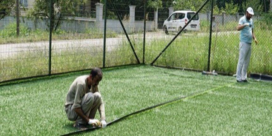 Üç futbol sahasının zemini yenilendi