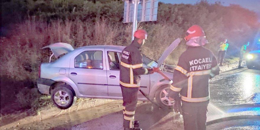 Otomobil trafik levhasına çarptı