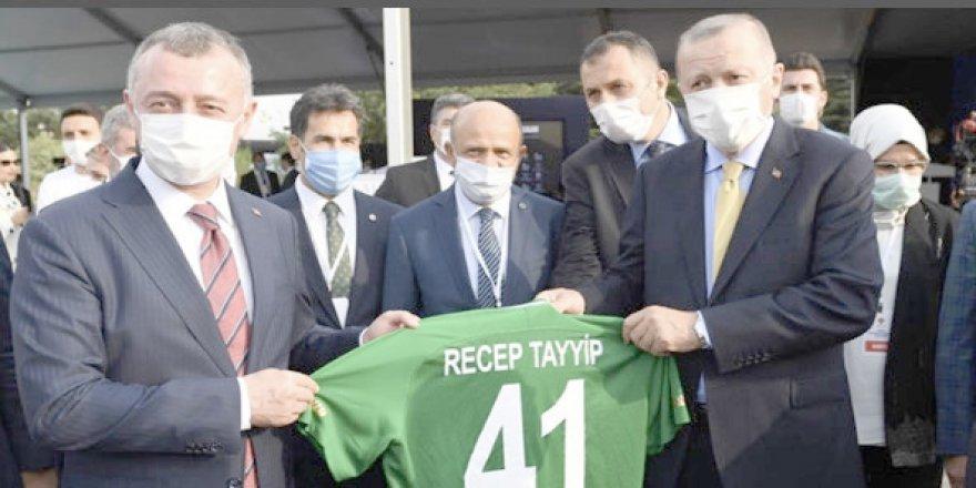 Cumhurbaşkanı Erdoğan'a Kocaelispor forması