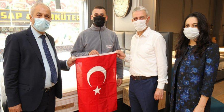 Büyükgöz esnafa Türk  Bayrağı hediye etti