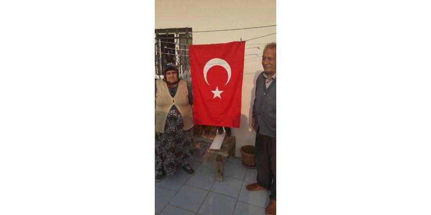 Çayırova'da Türk bayrağı dağıtıldı