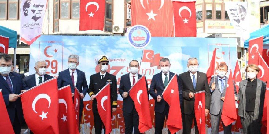 Vali Yavuz  bayrak dağıttı