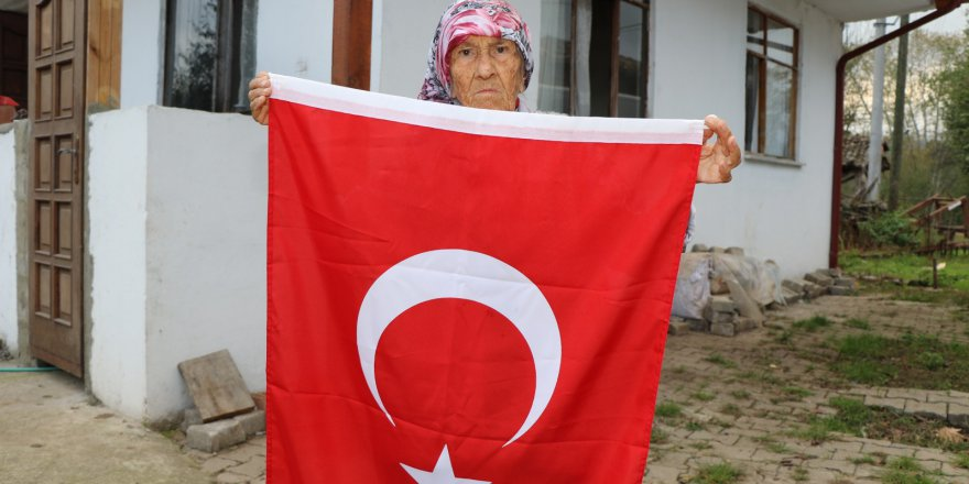 85 yaşındaki ninenin  bayrak sevgisi