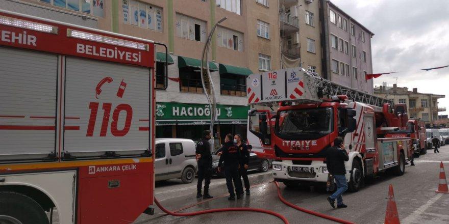 Restoran ve 2 katlı binada yangın