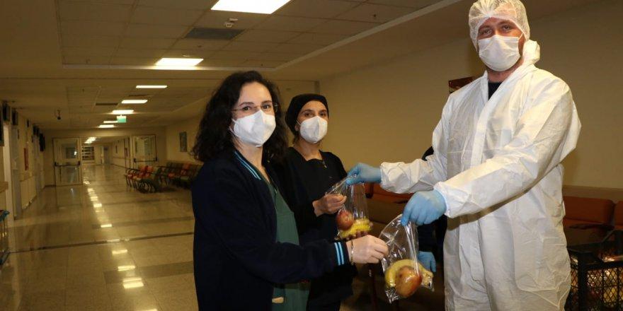 Koronavirüsün öncü savaşçılarına  Büyükşehir'den meyve desteği