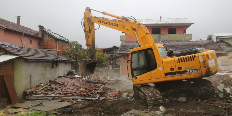 Hasarlı yapıların yıkımı başladı