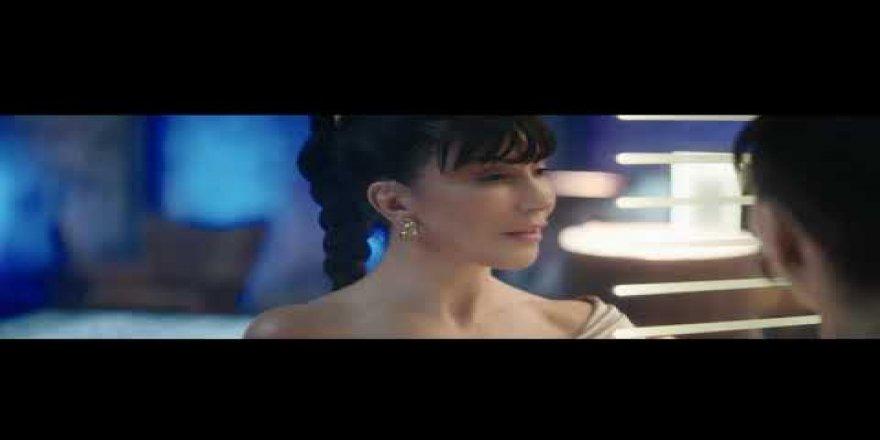 """Hande Yener """"Kırmızı""""yı Ocasso reklamı için yorumladı"""