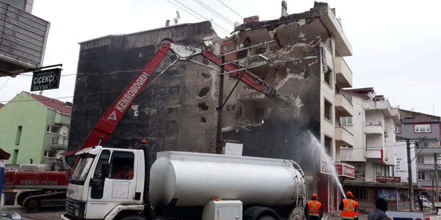 Ağır hasarlı bina yıkıldı