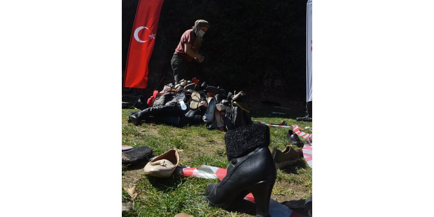 Ayakkabılardan yaptıkları heykelle  kadın cinayetlerine dikkat çektiler
