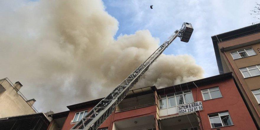 çatıda yangın çıktı 2 kişi dumandan etkilendi