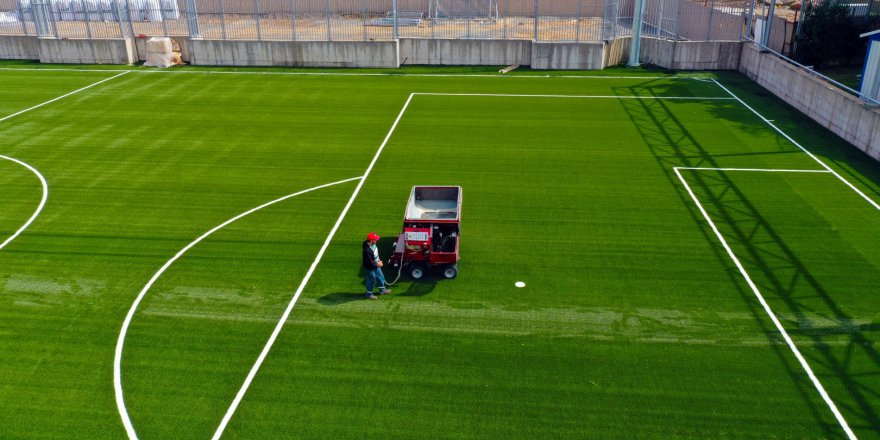 Gebze Futbol Sahası'nın halısı serildi