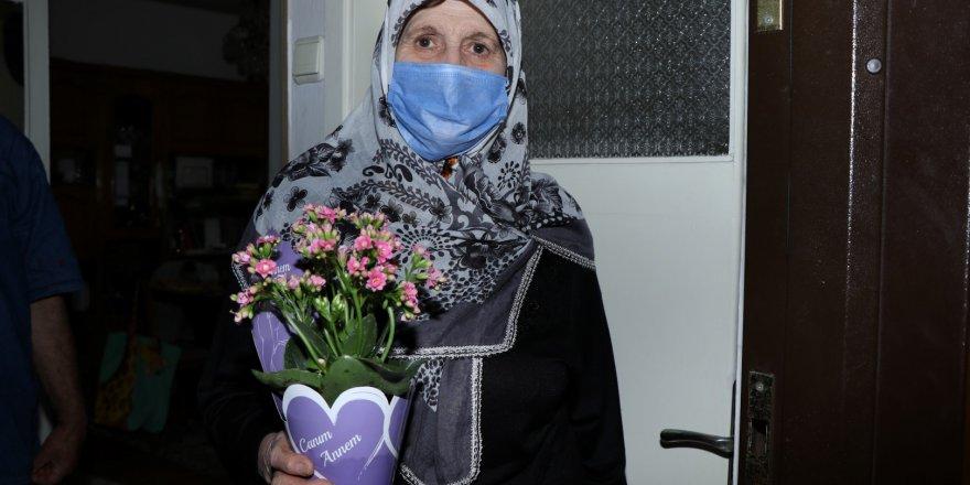 Mesafeleri Büyükşehir kaldırdı  çiçekler annelere ulaştırıldı