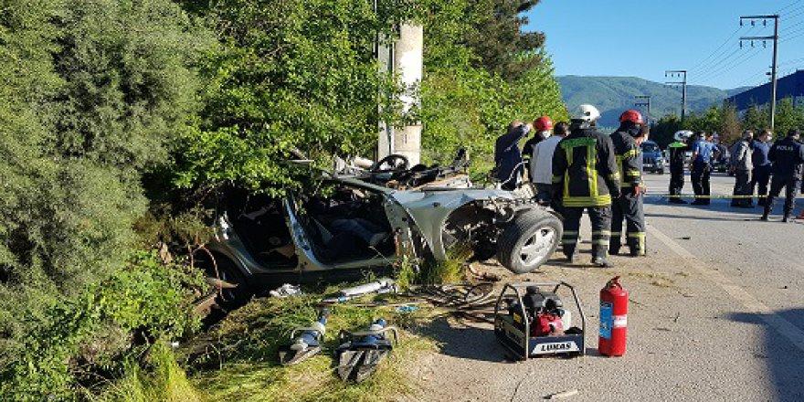 Otomobil beton direğe çarptı: 1 ölü 1 yaralı
