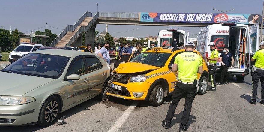 Taksi otomobile çarptı: 4 yaralı
