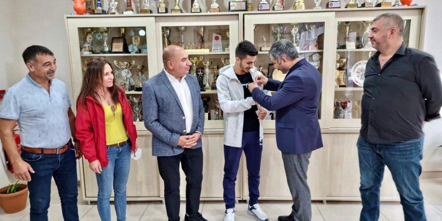CHP'lilerden olimpiyat ikincisi Eray'a altın