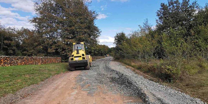Köy yollarında stabilize malzeme serimi yapılıyor