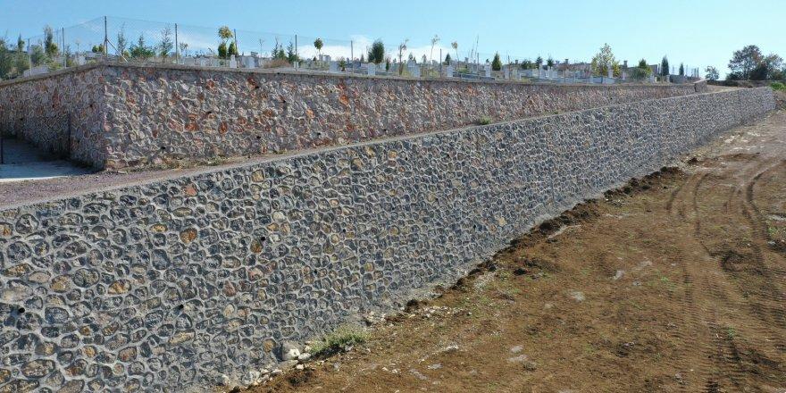 Mezarlığın 2. etap taş duvarı tamamlandı