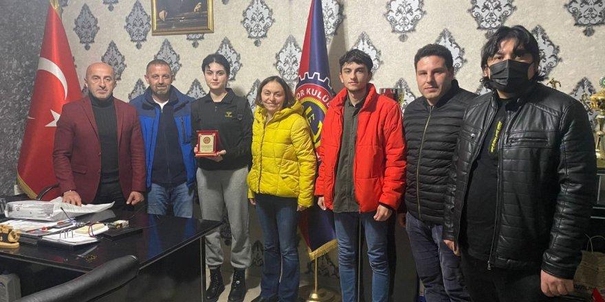 Harb İş Spor şampiyon Ezgi'ye teşekkür plaketi verdi