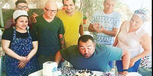 Ünlü komedyen Ata Demirer'e doğum günü sürprizi