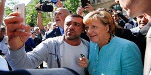Her fırsatta Türkiye'yi eleştiren Merkel, Türk seçmene göz kırptı