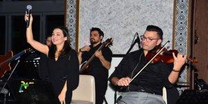 Kayahan'ın 22 senelik hayat arkadaşı İpek Açar nişanlandı