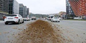 Kamyondan yola hafriyat döküldü: iki şerit trafiğe kapandı