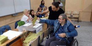 Oy kullanmaya tekerlekli sandalyeyle geldiler