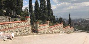 Deprem Şehitliği taş duvarla çevreleniyor