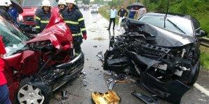 2 araç çarpıştı: 4 yaralı