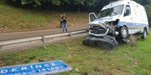 Ambulans ilçe tabelasına çarptı: 3 yaralı