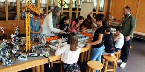 Öğrencilere robotik kodlama dersi