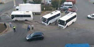 Tekirdağ'da yol çöktü: Minibüsler çukura saplandı