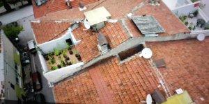 Evinin terasını uyuşturucu bahçesi yapmış