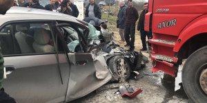 Kamyonun altına giren otomobilin sürücüsü yaralandı