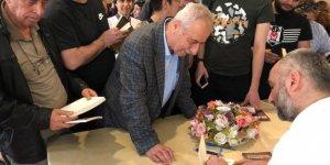 İsmail Saymaz kitabını imzaladı