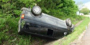 SÜRÜCÜ YARA ALMADAN KURTULDU;  Minibüs takla attı