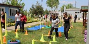 Üniversiteli abi ve ablalarıyla spor yapıp stres attılar