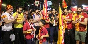 Galatasaray taraftarı, İzmit'te şampiyonluğu kutladı