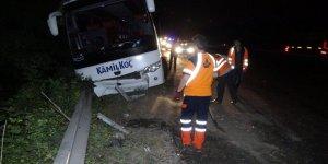 OTOMOBİLLE ÇARPIŞTI: Otobüs bariyerlere çarparak durabildi