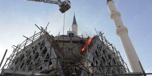İNŞAATI 12 YILDIR SÜRÜYOR:  Caminin kalıpları yandı
