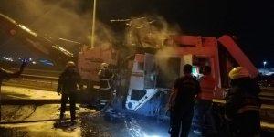 YOL ÇALIŞMASINDA: Asfalt makinesi yandı