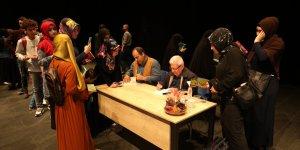 ÇAYIROVA: Fuarda kitaplarını imzaladı