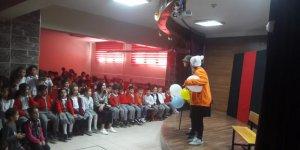 Mehmet Alp Tiryakioğlu öğrencileri tiyatro izledi
