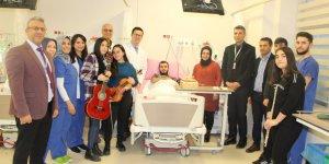 Hastanede sürpriz doğum günü kutlaması