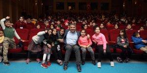 Çocuklarla tiyatroda buluştu