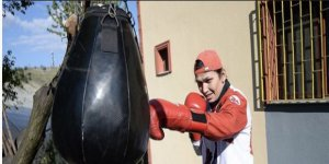 Milli boksör bahçede yumruk atıyor