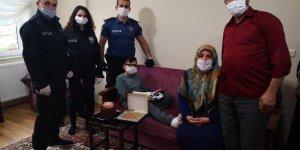 Polis ayağını kıran çocuğu ziyaret etti