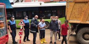 İzmit Belediyesi sağanak sonrası esnaf ve vatandaşı yalnız bırakmadı