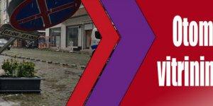 Otomobil, iş yerinin vitrinine çarptı: 1 yaralı