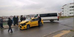 Servis minibüsüyle taksi çarpıştı